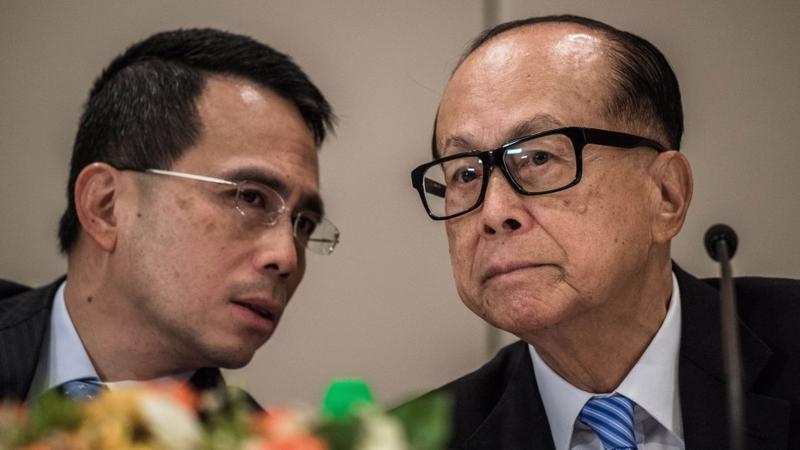 Victor Li và cha - tỷ phú Lý Gia Thành - Ảnh: SCMP.