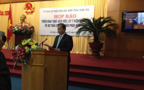 Ông Phan Trung Lý, người phát ngôn của Ủy ban dự thảo sửa đổi Hiến pháp năm 1992 chủ trì cuộc họp báo - Ảnh: N.H.<br>