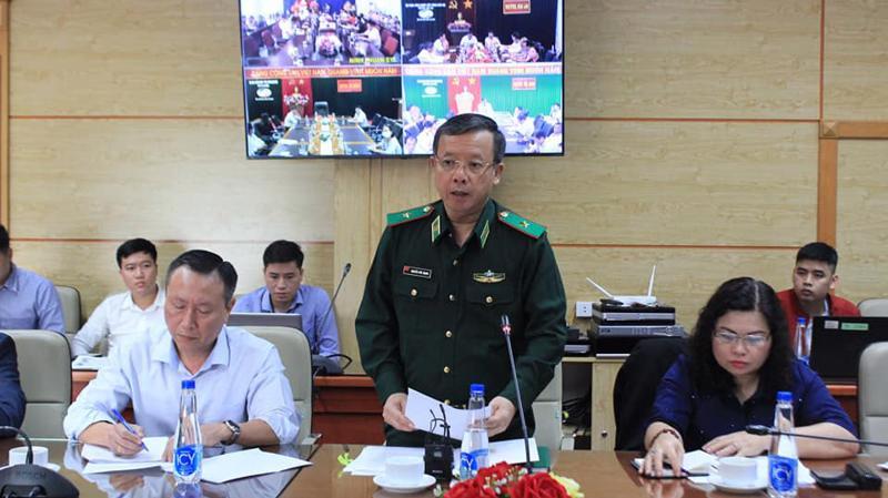 Đại diện Bộ Tư lệnh, Bộ đội biên phòng thông tin về tình hình nhập cảnh qua biên giới tại cuộc họp.