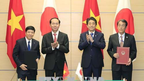Chủ tịch nước Trần Đại Quang và Thủ tướng Shinzo Abe chứng kiến lễ ký hợp tác nhiều lĩnh vực giữa hai nước - Ảnh: TTXVN.