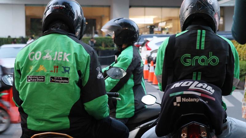 Grab và Go-Jek đang lao vào cuộc chiến giá tại Indonesia - Ảnh: Nikkei.