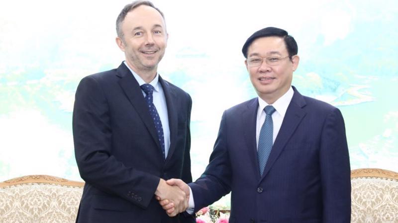Phó thủ tướng Vương Đình Huệ tiếp ông Chris Helzer, Phó chủ tịch Tập đoàn Nike. Ảnh: VGP