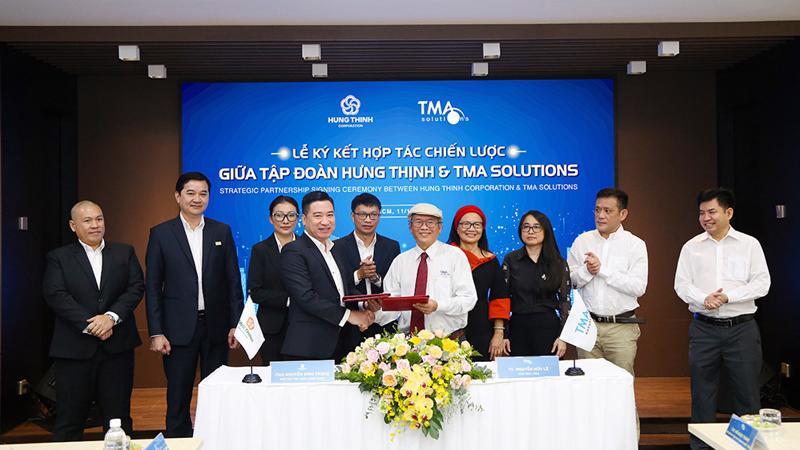 Ông Nguyễn Đình Trung - Chủ tịch Tập đoàn và TS.Nguyễn Hữu Lệ - Chủ tịch TMA Solutions thực hiện nghi thức ký kết hợp tác với sự chứng kiến của đại diện 2 đơn vị.