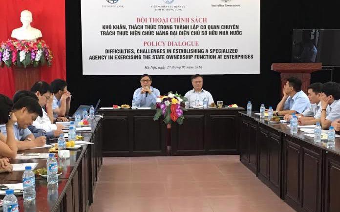 Thứ trưởng Bộ Kế hoạch và Đầu tư Đặng Huy Đông (bên trái, trên bàn chủ toạ) phát biểu tại buổi đối thoại.