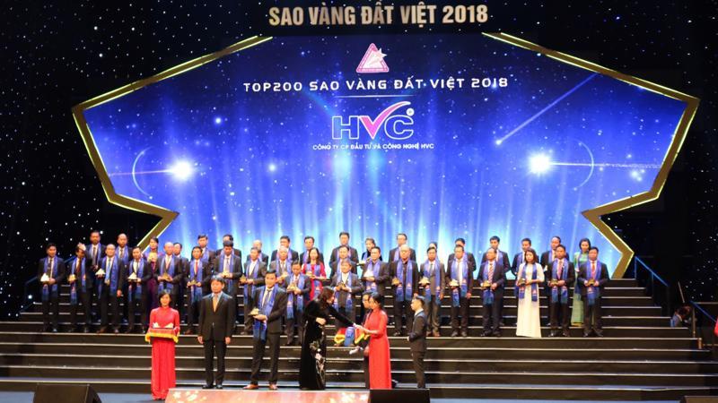 Ông Lê văn Cường - Phó chủ tịch Hội đồng Quản trị kiêm Phó tổng giám đốc đại diện HVC Group nhận giải thưởng.