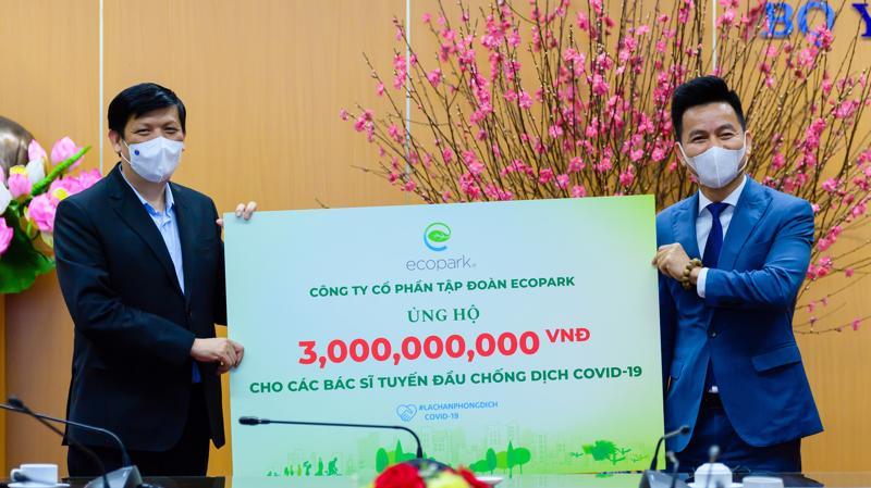 Ông Trần Quốc Việt - Tổng giám đốc Ecopark (bên phải) trao tặng 3 tỉ đồng cho các bác sĩ tuyến đầu chống dịch COVID-19.
