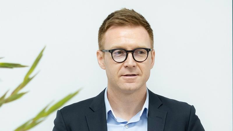 Ông Travis Richard Stewart, sinh năm 1978, quốc tịch Canada, có trình độ chuyên môn là Cử nhân kinh tế - chuyên ngành Quản trị kinh doanh.