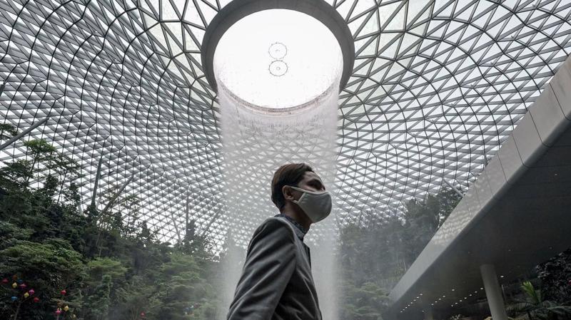 Tình hình dịch bệnh lắng xuống và thỏa thuận về bong bóng du lịch đánh dấu bước tiến ngoạn mục của cả Hong Kong và Singapore. Ảnh: WSJ.