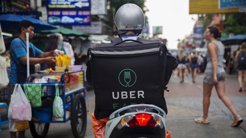 Dịch vụ giao đồ ăn UberEats của Uber tại Bangkok, Thái Lan - Ảnh: Bloomberg.