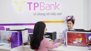 Khách hàng giao dịch tại TPBank.