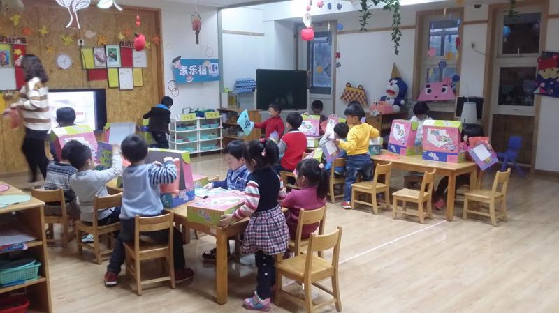 Chương trình học với các dụng cụ trực quan sinh động sẽ gây được hứng thú cho trẻ.