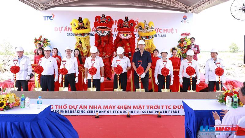 Ông Dương Xuân Đệ - Tổng giám đốc Hawee Group (thứ 3, từ phải sang) cùng đại diện Chủ đầu tư, Ban quản lý dự án và Nhà thầu Sharp làm lễ động thổ Nhà máy Điện mặt trời TTC Đức Huệ.