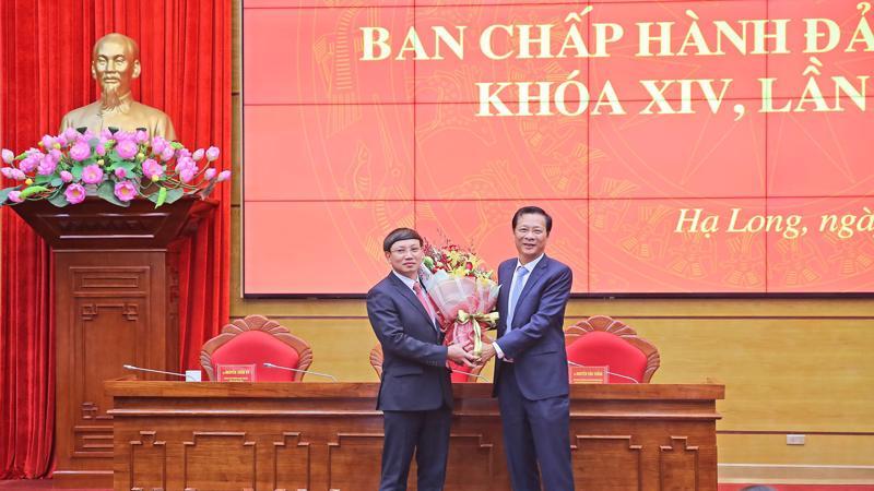 Ông Nguyễn Văn Đọc tặng hoa chúc mừng ông Nguyễn Xuân Ký được bầu làm Bí thư Tỉnh ủy, khóa 14, nhiệm kỳ 2015 - 2020.
