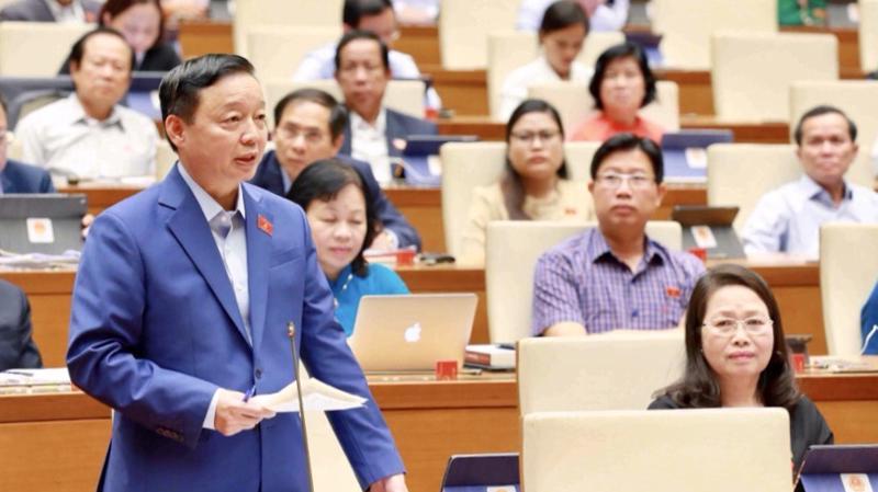 Bộ trưởng Bộ Tài nguyên và Môi trường Trần Hồng Hà phát biểu tại phiên thảo luận ngày 5/11 - Ảnh: Quochoi.vn