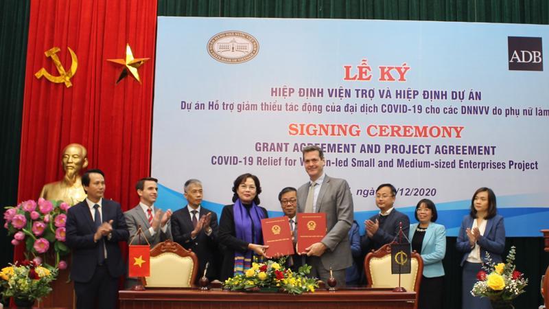 Thống đốc Nguyễn Thị Hồng cùng ông Andrew Jeffries, Giám đốc Quốc gia ADB tại Việt Nam ký kết Hiệp định.
