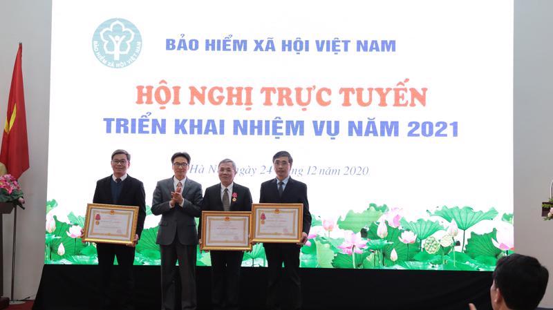 Phó Thủ tướng Chính phủ Vũ Đức Đam đã trao tặng Huân chương Lao động hạng Nhất, Nhì, Ba cho 3 tập thể và cá nhân của Bảo hiểm Xã hội Việt Nam.