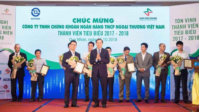 Ông Lê Mạnh Hùng - Giám đốc VCBS (ảnh trái), nhận kỷ niệm chương từ ông Phạm Hồng Sơn, Phó chủ tịch Ủy ban Chứng khoán Nhà nước.