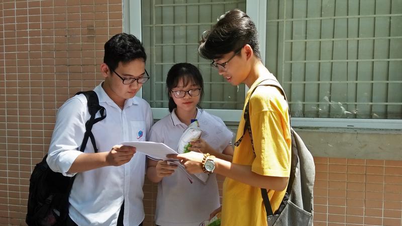 Thí sinh trao đổi kết quả sau buổi sáng kết thúc tổ hợp bài thi Khoa học tự nhiên, sáng 26/6. Ảnh: Thu Hằng.