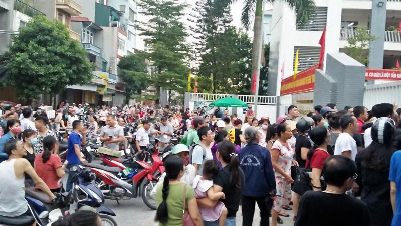 Phụ huynh tập trung đông trước cổng Trường Tiểu học Hạ Đình trong chiều 9/9. Ảnh - Thùy Dương.