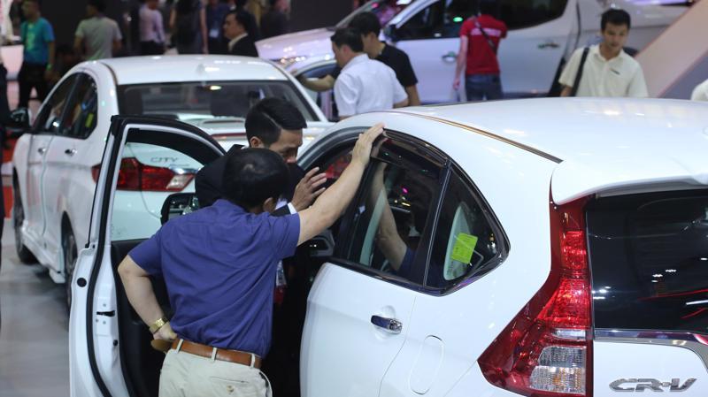 Trò kéo co mà các hãng xe với người tiêu dùng đang chơi với nhau, một mặt đang gây nên sự bất ổn trên thị trường và cho ngành công nghiệp ôtô trong nước, một mặt lại khiến nguồn thu ngân sách từ thuế sụt giảm.