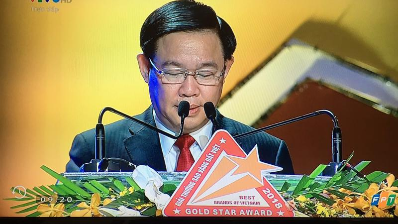 Phó thủ tướng Vương Đình Huệ chúc mừng các doanh nghiệp được trao giải Sao Vàng Đất Việt 2018.