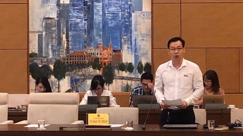 Uỷ viên Thường trực Uỷ ban Tư pháp, ông Đỗ Đức Hồng Hà trình bày báo cáo của nhóm nghiên cứu