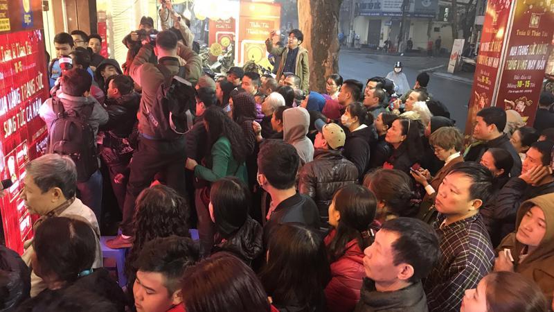Cảnh xếp hàng mua vàng ngày vía Thần Tài ngày 25/2 trên phố Trần Nhân Tông. Ảnh: Bạch Dương