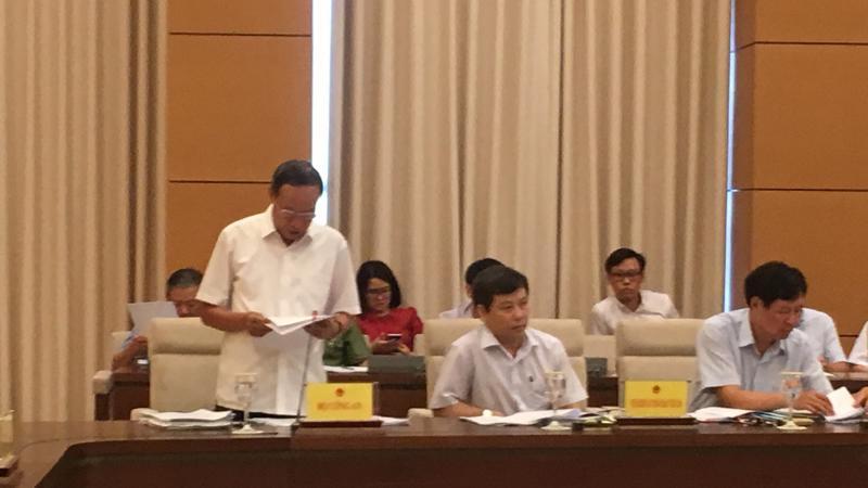 Thượng tướng Lê Quý Vương trình bày bào cáo tại phiên họp.