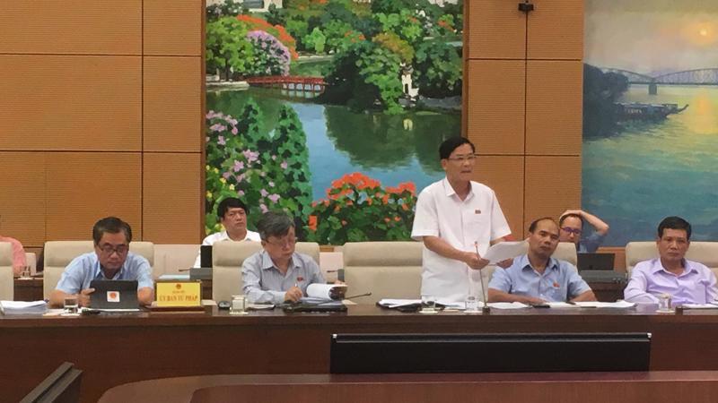 Uỷ viên Uỷ ban Tư pháp của Quốc hội, đại biểu Hoàng Văn Hùng phát biểu tại phiên họp