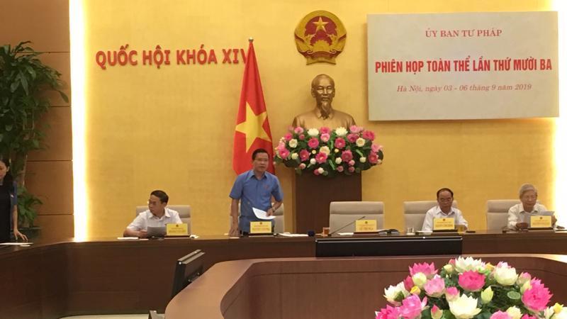 Phó chủ nhiệm Uỷ ban Tư pháp Nguyễn Văn Pha trình bày báo cáo giám sát