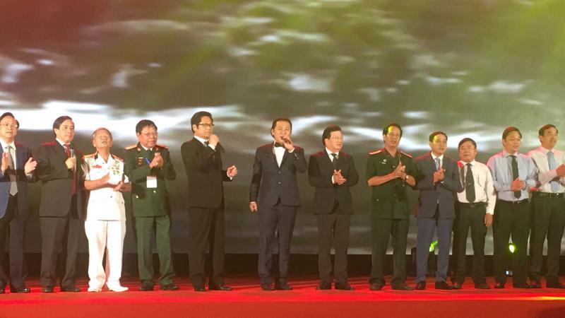 """Phó thủ tướng Trịnh Đình Dũng (thứ sáu từ phải sang) cùng doanh nhân đồng ca """"Bác đang cùng chúng cháu hành quân)."""
