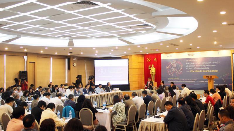 """Báo cáo """"Thực hiện nghị quyết 19 và nghị quyết 35 về cải thiện môi trường kinh doanh và phát triển doanh nghiệp - góc nhìn từ doanh nghiệp """" vừa được công bố sáng 20/11 tại hội thảo của VCCI"""