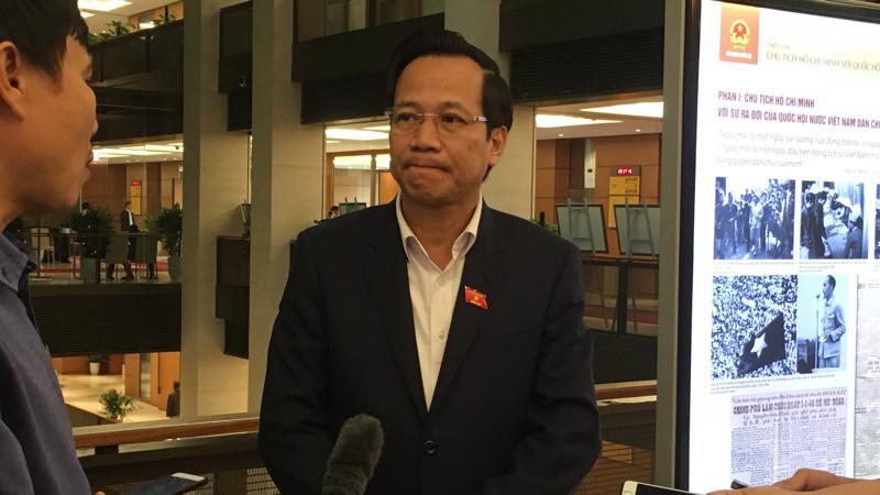 Bộ trưởng Bộ Lao động, thương binh và xã hội Đào Ngọc Dung trao đổi với báo chí bên hành lang Quốc hội.