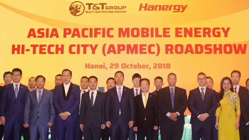 Chủ tịch HĐQT kiêm Tổng giám đốc T&T Group Đỗ Quang Hiển chụp ảnh kỷ niệm cùng các đại biểu dự hôi thảo.