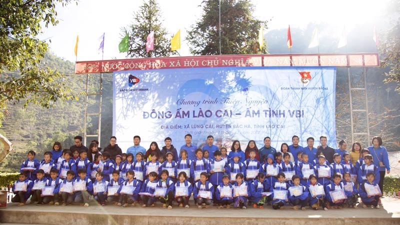 Những phần quà đã được Bảo hiểm VietinBank trao tận tay các em nhỏ trường phổ thông dân tộc bán trú tiểu học Lùng Cải.