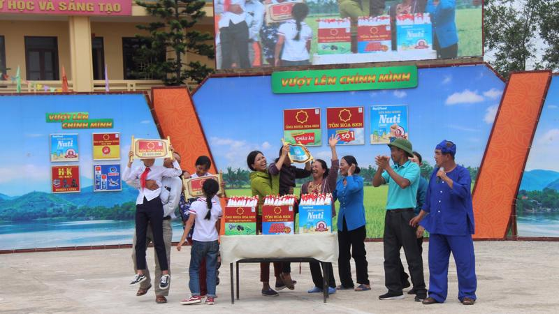 Tập đoàn Hoa Sen luôn thực hiện các hoạt động tài trợ, từ thiện vì cộng đồng như xây cầu, xây trường học, tiếp bước trẻ em đến trường.