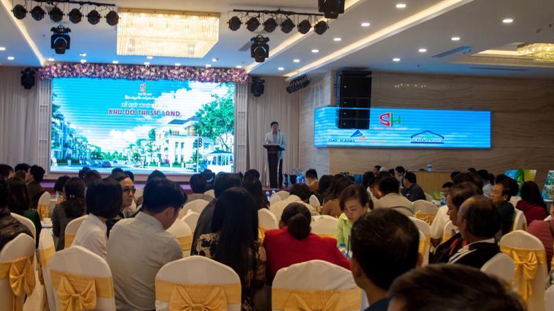 Sự kiện đã thu hút sự quan tâm và tham dự của gần 300 khách hàng.