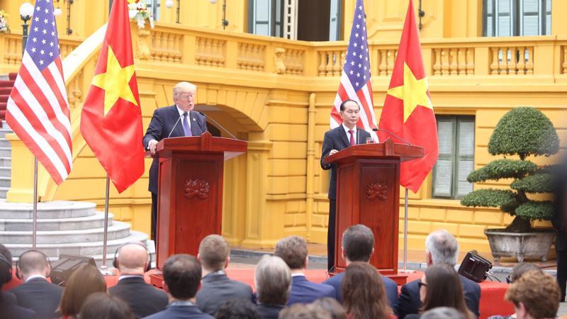 Chủ tịch nước Trần Đại Quang và Tổng thống Mỹ Donald Trump tại cuộc họp báo chung sau hội đàm sáng 12/11 - Ảnh: Quang Phúc.