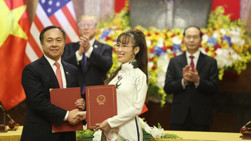 Tổng giám đốc Vietjet Nguyễn Thị Phương Thảo ký thoả thuận mua và bảo dưỡng động cơ máy bay với đối tác Mỹ trước sự chứng kiến của Chủ tịch nước Trần Đại Quang và Tổng thống Mỹ Donald Trump - Ảnh Quang Phúc.