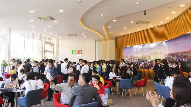 Khách hàng tham quan và tìm hiểu dự án Khu căn hộ thông minh High Intela do LDG Group đầu tư ở mặt tiền đại lộ Võ Văn Kiệt.