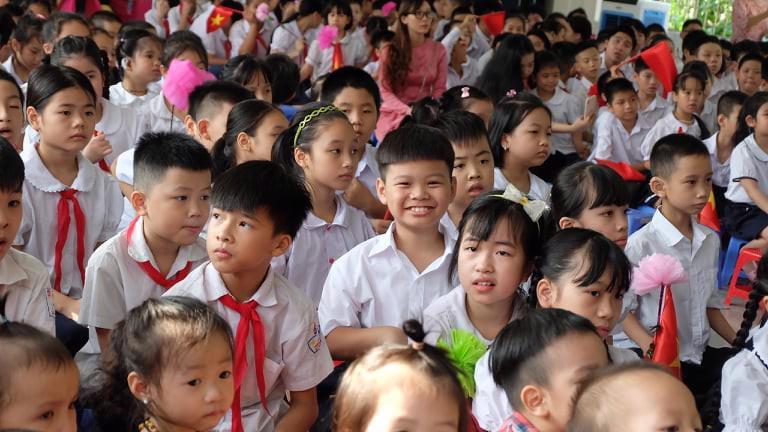 Học sinh Hà Nội dự lễ khai giảng năm học mới sáng 5/9. Ảnh - Thu Anh.