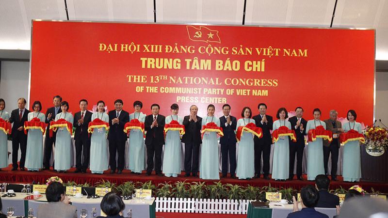 Đồng chí Trần Quốc Vượng và các đồng chí lãnh đạo cắt băng Khai trương Trung tâm Báo chí.