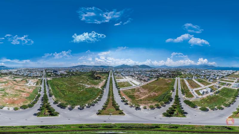 Kim Long City nằm ở trung tâm hành chính quận Liên Chiểu, cách đường Nguyễn Sinh Sắc 60m, cách đường Hoàng Thị Loan 42m nối ra ngã ba Huế.