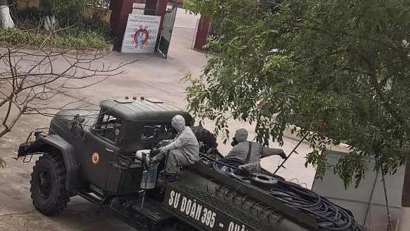 Lực lượng quân đội tiến hành phun khử khuẩn khu vực cách ly. Ảnh - Anh Văn.