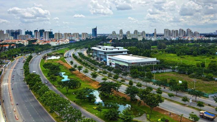 Dù hoạt động M&A diễn ra khá sôi động, song theo JLL, thị trường bất động sản Việt Nam vẫn còn bị kiểm soát chặt chẽ, các dự án có tiềm năng phát triển tốt khá khan hiếm. Khả năng tiếp cận đến các dự án tốt tương đối hạn chế.