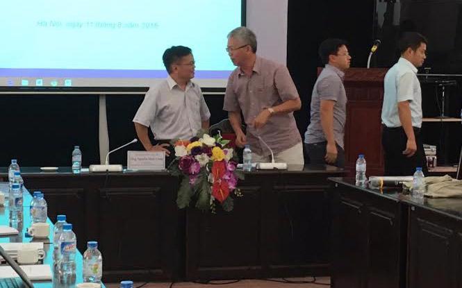 Sau khi tranh luận, ông Nguyễn Đình Cung và ông Nguyễn Đức Kiên tiếp tục trao đổi trong giờ giải lao - Ảnh: Mỹ An.
