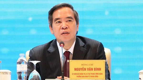 """""""Tại nhiều nước, có khi tuyệt đối vai trò kinh tế Nhà nước nên có nhiều tiêu cực và dẫn đến thất bại. Đôi khi nhiều nước tư bản lại tuyệt đối vai trò của kinh tế tư nhân dẫn đến khủng hoảng nhiều năm..."""", ông Nguyễn Văn Bình nói."""