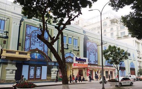 Bên ngoài dự án khách sạn tại số 22-32 Lê Thái Tổ, quận Hoàn Kiếm.<br>