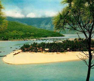 Lăng Cô, một trong những điểm du lịch biển nổi tiếng Việt Nam.