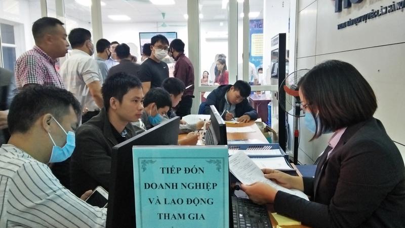 Phiên giao dịch việc làm dành riêng cho lao động từ Hàn Quốc, Nhật Bản về nước ngày 15/10 thu hút nhiều doanh nghiệp và người lao động tham gia. Ảnh - N.Dương.